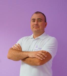 博士阿爾喬姆卡扎科夫 - 診所的主任。他在2009年擔任牙醫